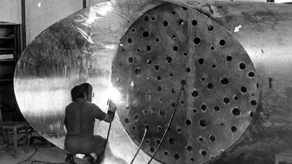 """Professor Wilde Lacerda trabalhando na escultura """"Monumento à Galileu"""", que se encontra hoje exposto no Campus da UFMG. Data: Década de 1970. Acervo: Banco de Imagens FTC/EBA/UFMG."""