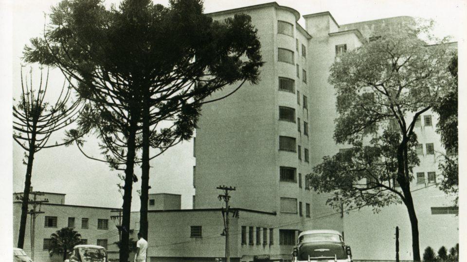 Prédio do Hospital São Vicente de Paulo (atual Hospital das Clínicas). À esquerda pode ser visto parte do edifício do Hospital São Geraldo. Local: Campus Saúde na atual Av, Alfredo Balena, 190/BH. Data: década de 1960. Acervo: Assessoria de Comunicação do Hospital das Clínicas/UFMG