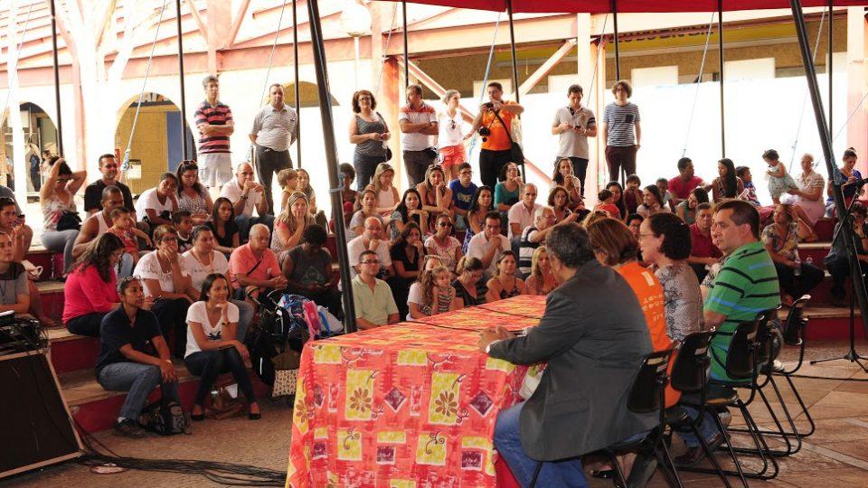 Dirigentes da UFMG, parceiros e comunidade escolar participaram da abertura do evento na Praça de Serviços