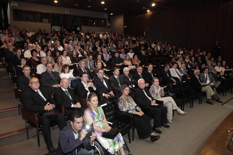 Cerimônia realizada no auditório da Reitoria reuniu homenageados, familiares e a comunidade universitária. Foto: Foca Lisboa/ UFMG