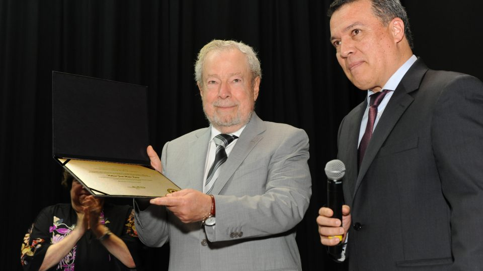 Nelson Freire recebeu o diploma das mãos do reitor Jaime Ramírez. Fotos: Marina Gontijo / UFMG