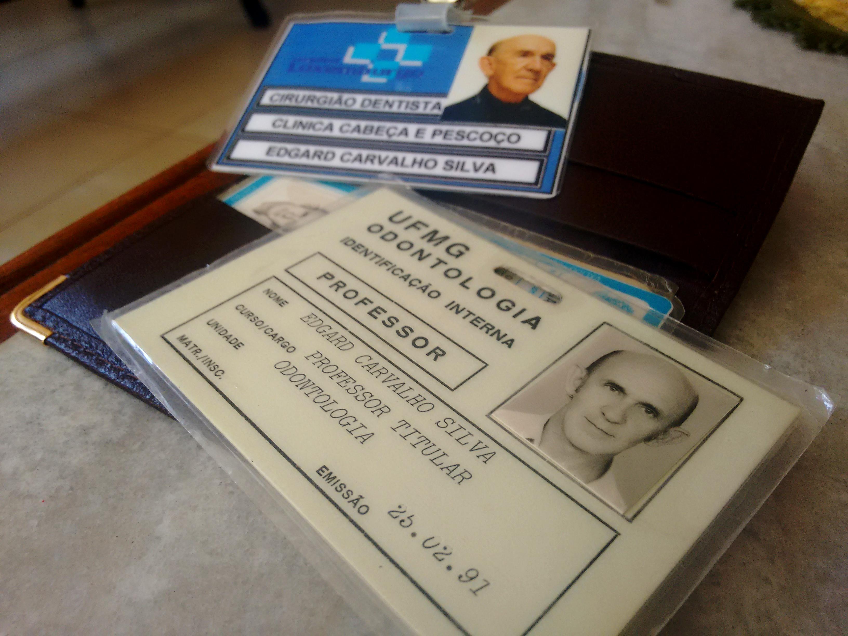 Suas carteirinhas, que ele guardava no bolso da camisa, de quando trabalhou no Hospital Luxemburgo (em segundo plano) e na UFMG (em primeiro). Foto: Gabriel Araújo