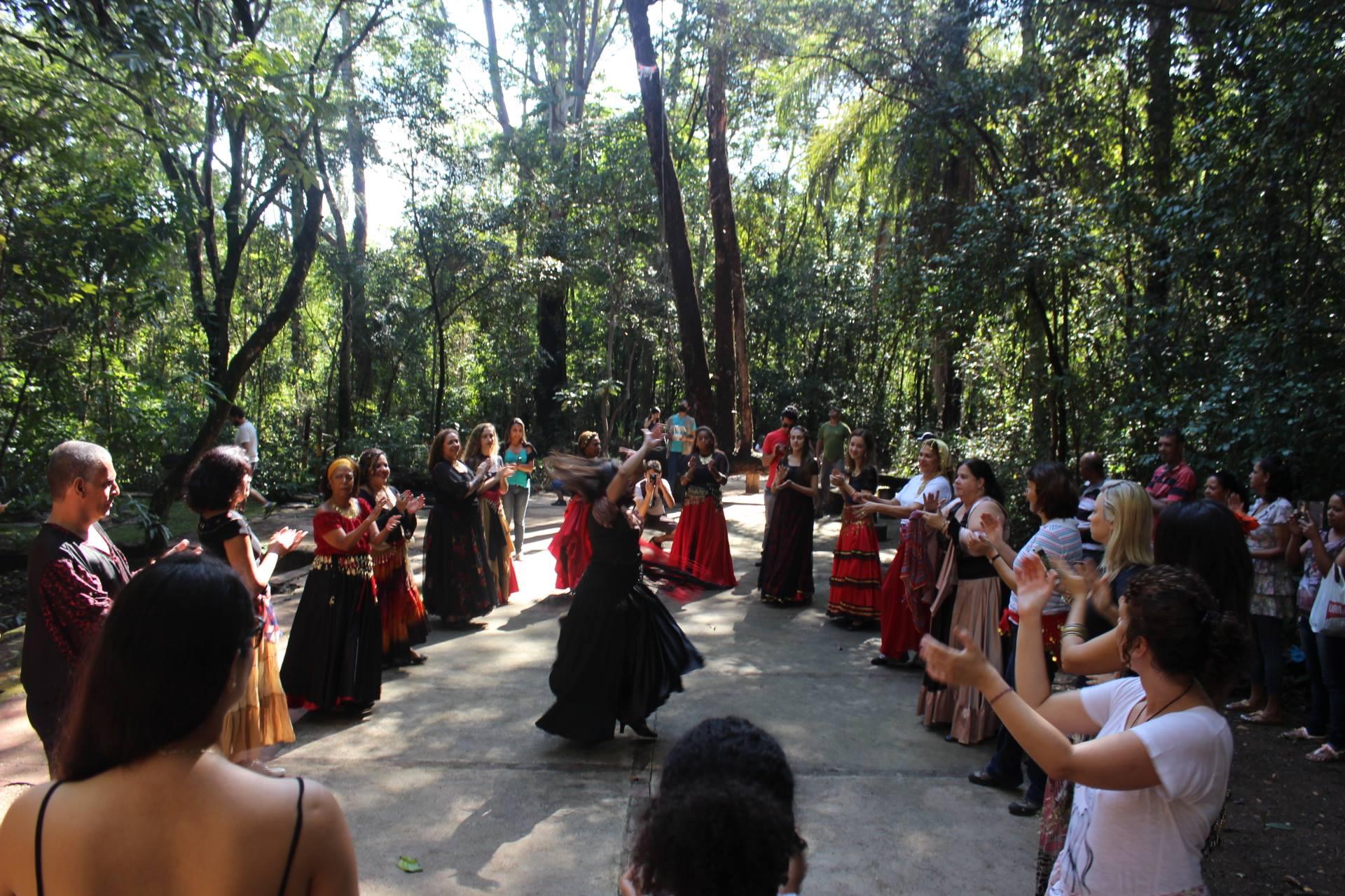 Oficina de dança cigana na sexta edição do Domingo no Campus. Foto: Zirlene Lemos / Proex-UFMG