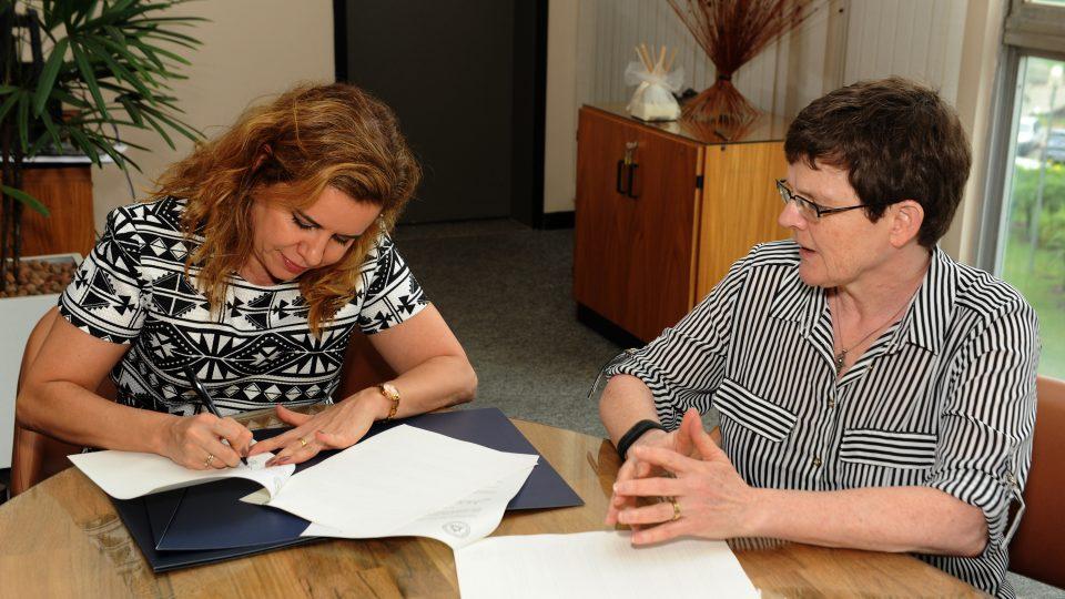 Sandra Goulart Almeida e Elizabeth Dyvik assinam o documento. Foto: Foca Lisboa/ UFMG