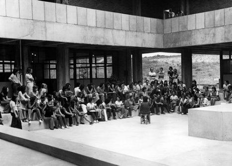 """Ontem e hoje: Yara Tupynambá (de costas, na foto acima) ministra aula no """"piscinão"""", no início dos anos 1970. Foto: Acervo DFTC/EBA"""