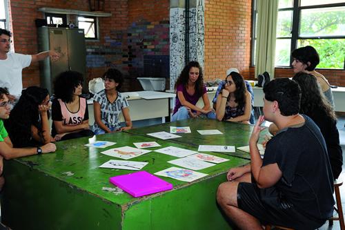 Ontem e hoje: Atividade com estudantes em abril deste ano. Foto: Carol Prado/UFMG