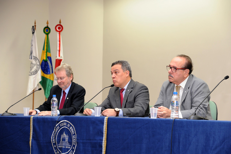 Mesa de abertura foi composta pelos presidentes da ABC, Luiz Davidovich, e da Fapemig, Evaldo Vilela (nas extremidades), e pelo reitor Jaime Ramírez (ao centro). Foto: Carol Prado/ UFMG