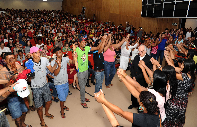 O intelectual português foi homenageado em ritual protagonizado por estudantes da formação intercultural de educadores indígenas. Foto: Foca Lisboa/ UFMG
