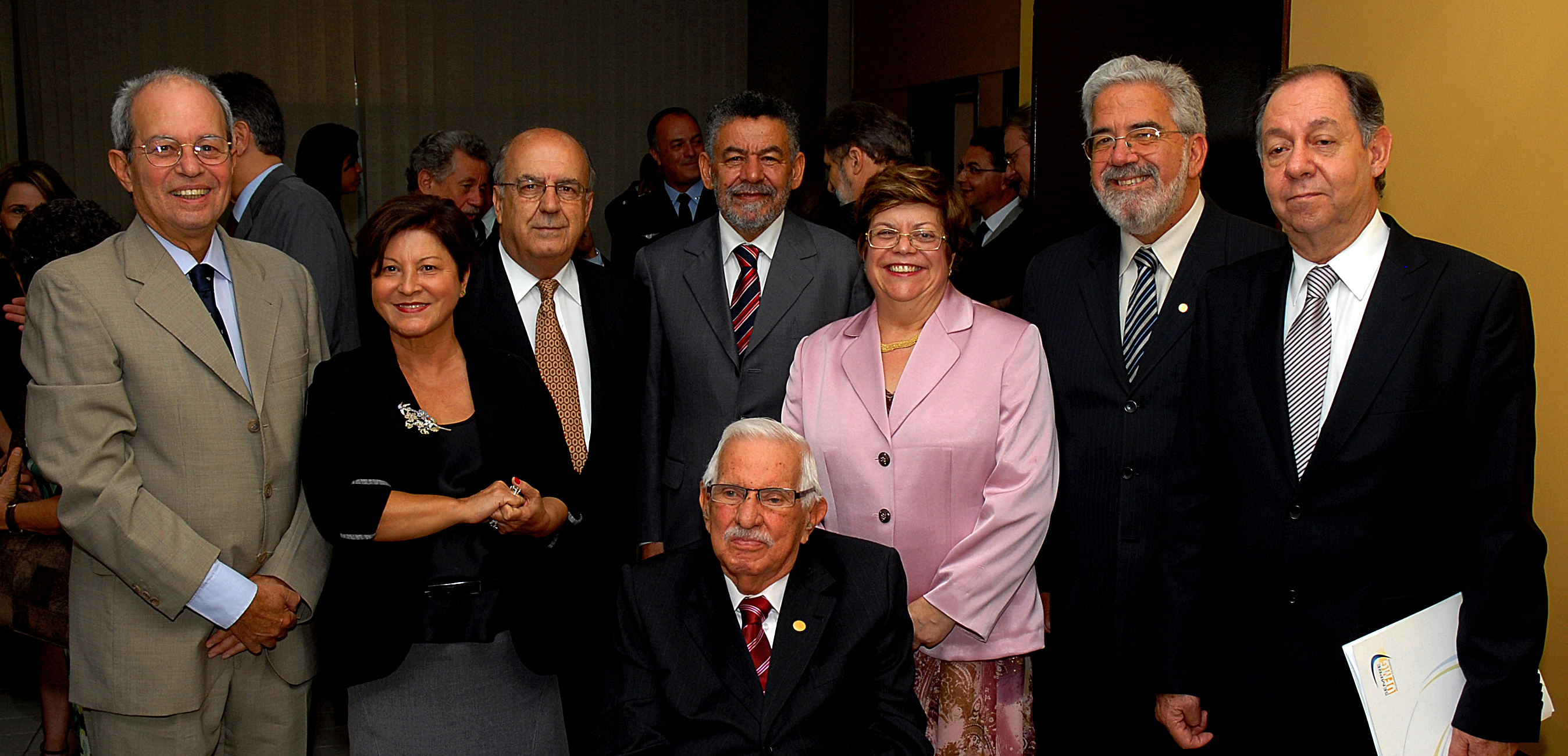 Posso de Clélio Campolina como reitor da UFMG, em 2010. Na foto, estão os outros reitores da universidade, em ordem: Francisco César de Sá Barreto (1998-2002), Vanessa Guimarães Pinto (1990-1994), Cid Velloso (1986-1990), Tomaz Aroldo da Mota Santos (1994-1998), Ana Lúcia Almeida Gazzola (2002-2006), Ronaldo Tadêu Pena (2006-2010), o próprio Clélio Campolina (2010-2014) e, sentado, .Foto: Foca Lisboa