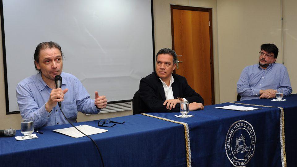 Michael Heinrich, Jaime Ramírez e Hugo Cerqueira em conferência sobre Karl Marx. Foto: Foca Lisboa/UFMG