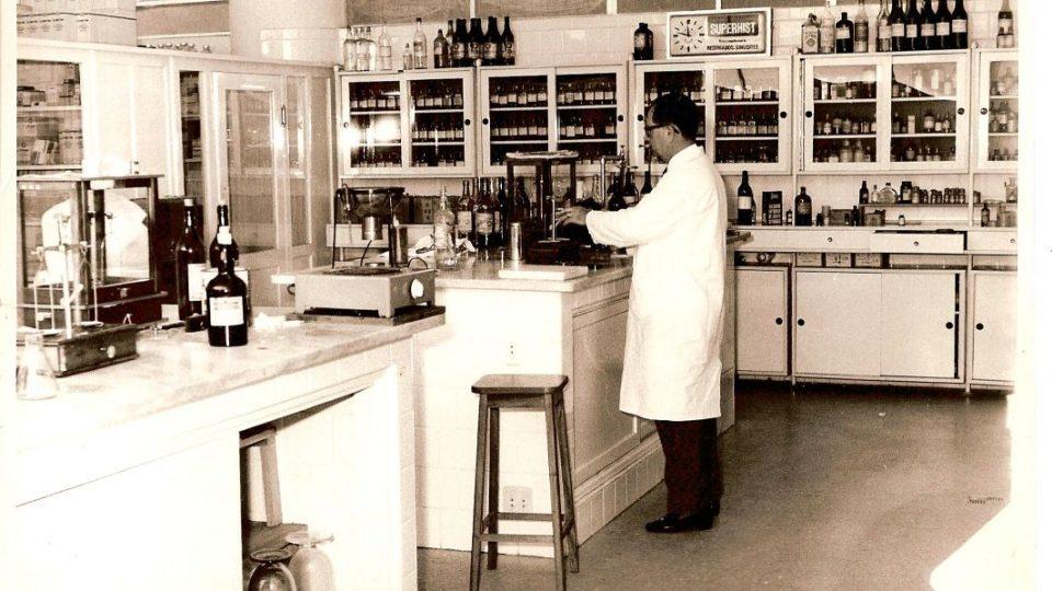 Laboratório de manipulação da Farmácia Universitária; em destaque o Farmacêutico Responsável Dr. Hélio Duarte. Acervo: Farmácia/UFMG