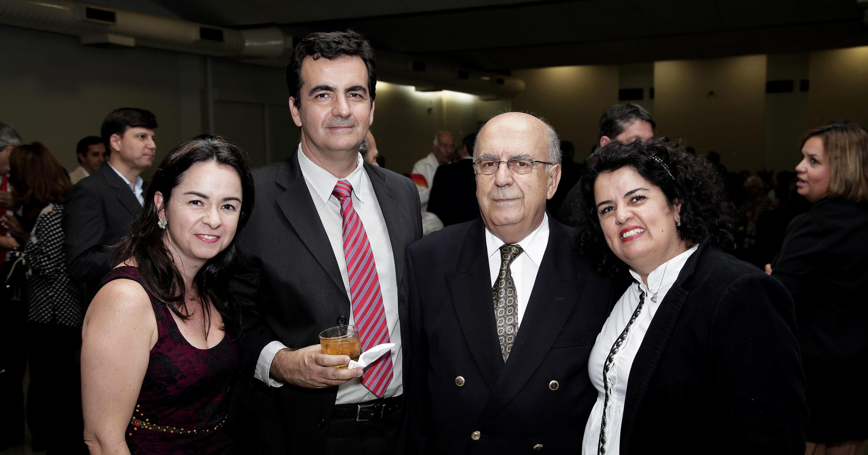 Cid Velloso e seus filhos Isabela, Marcelo e Andrea, na posse do reitor como membro da Academia Mineira de Medicina. Ao fundo, no canto direito da foto, encontra-se Luciana, também filha de Cid. Foto: Foca Lisboa