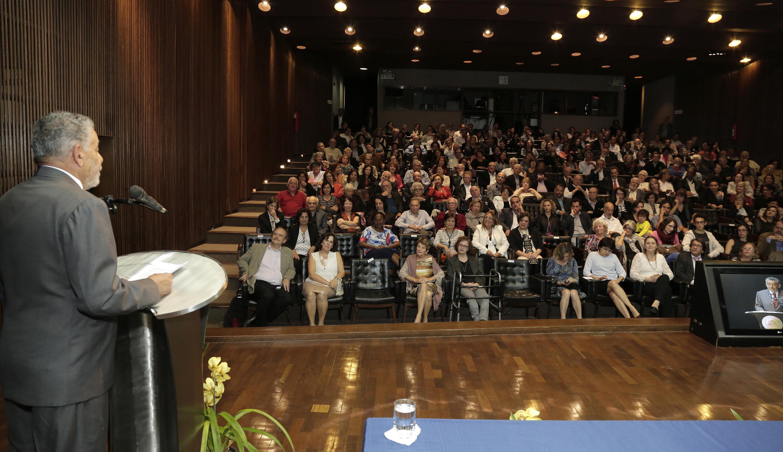 O auditório da Reitoria foi tomado por familiares, autoridades, colegas e amigos do professor. Foto: Foca Lisboa/ UFMG