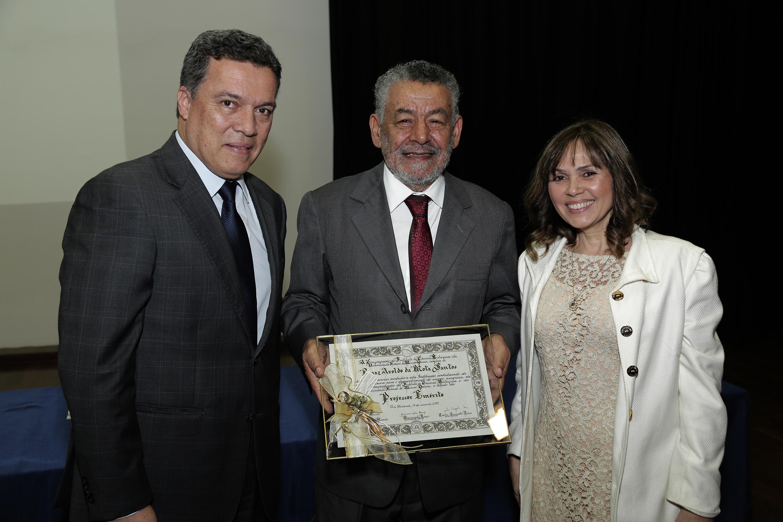 Tomaz recebeu o diploma de emérito do reitor Jaime Ramírez e da diretora do ICB, Andréa Mara Macedo. Foto: Foca Lisboa/ UFMG
