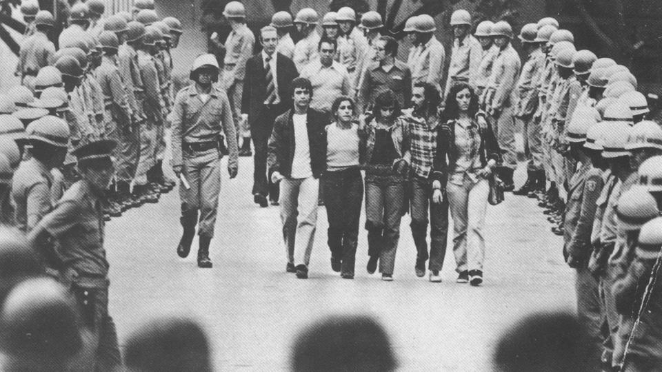 Saída de estudantes abraçados da escola de Medicina da UFMG, durante o III ENE (Encontro Nacional de Estudantes). em 1977. Foto: Euler Cássia/  Acervo Jornal Hoje em Dia