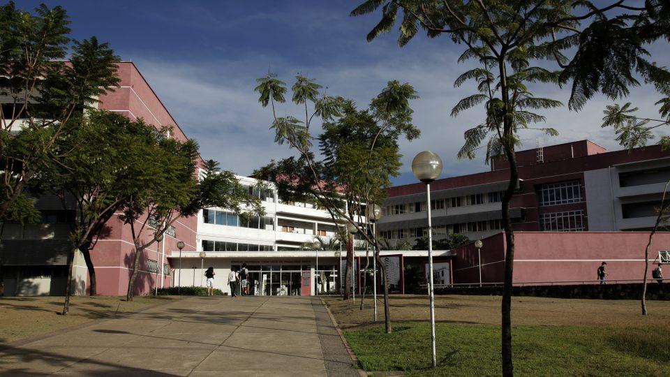 Entrada do prédio da Faculdade de Ciências Econômicas, sede do Cedeplar. Foto: Foca Lisboa / UFMG