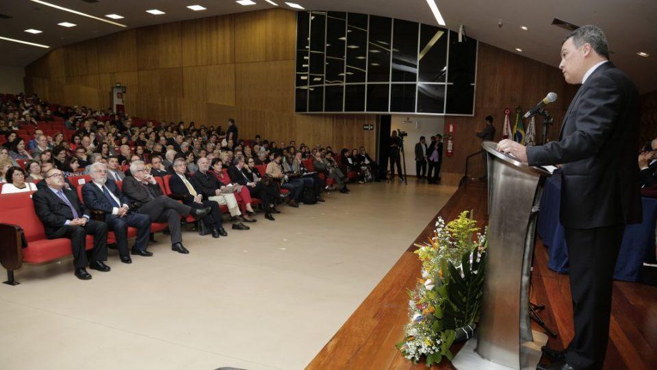 Na imagem em destaque, o reitor Jaime Ramírez em seu pronunciamento. Foto: Foca Lisboa / UFMG
