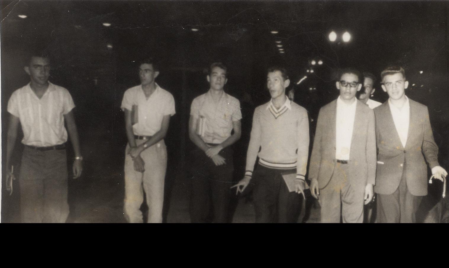 Tomaz (o segundo da direita para a esquerda) na companhia de seus amigos em Belo Horizonte. Ao seu lado esquerdo, está Vilmar Evangelista Faria, que foi assessor especial da presidência da República no governo FHC. Arquivo pessoal
