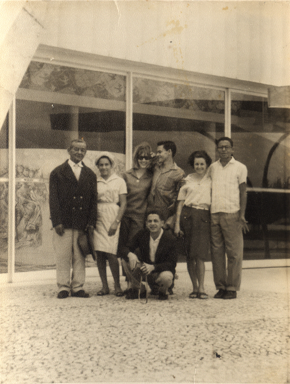 Família de Tomaz visita Belo Horizonte, posando em frente à Igreja de São Francisco de Assis. Foto: Joaquim Bispo. Arquivo pessoal