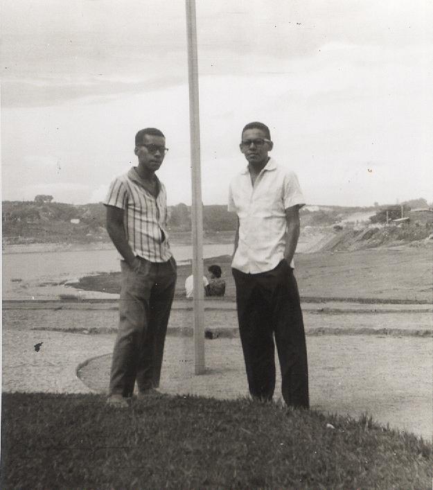 Tomaz (o da direita) e o irmão em Belo Horizonte. Arquivo pessoal