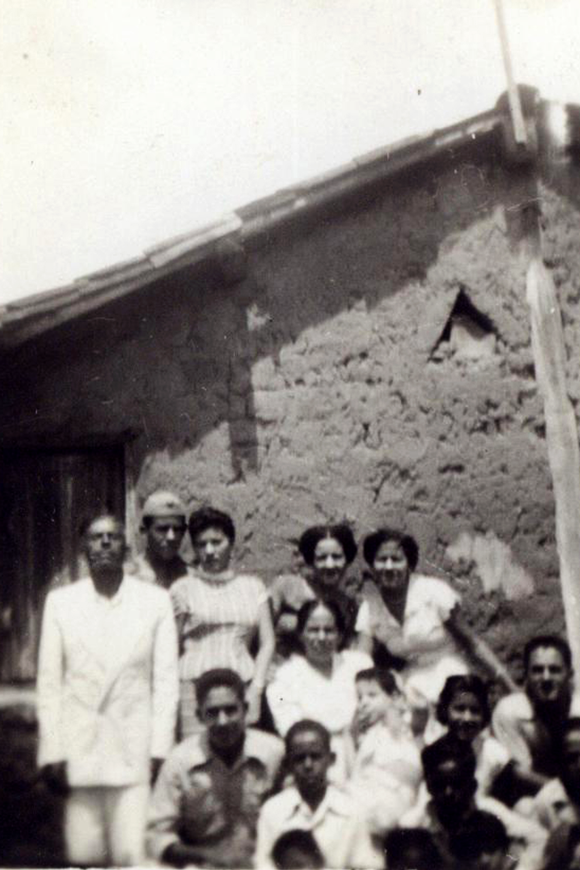 """""""Essa talvez seja a foto mais antiga que eu tenho"""". Reunião de família em Itapeipu, provavelmente em 1954. Tomaz está ao centro. Arquivo pessoal"""