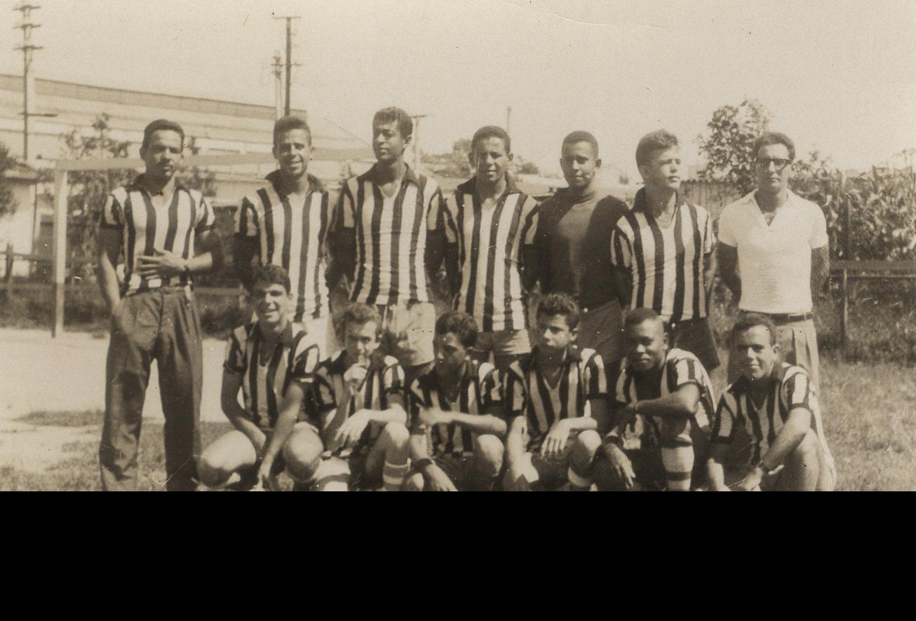 Time de futebol Banco da Lavoura, do qual Tomaz fez parte. O professor é o quarto, da esquerda para direita, em pé. Arquivo pessoal