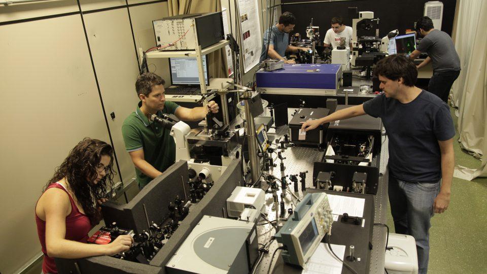 Laboratório no Departamento de Física: além da área de biotecnologia, patentes são geradas em diversas unidades. Foto: Foca Lisboa/ UFMG