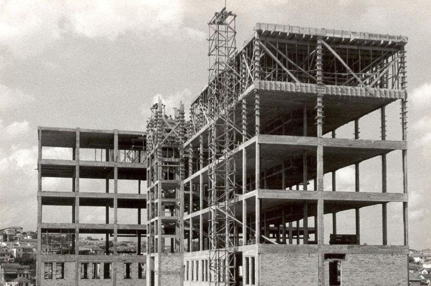 Construção do Edifício Arthur Guimarães, na década de 1950