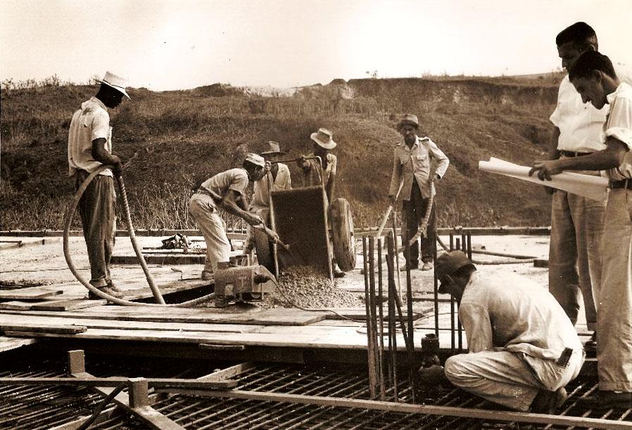 Início dos trabalhos de instalação hidráulica e elétrica no novo prédio da Farmácia, construído na década de 1960 na avenida Olegário Maciel. Acervo Cemefar/ UFMG