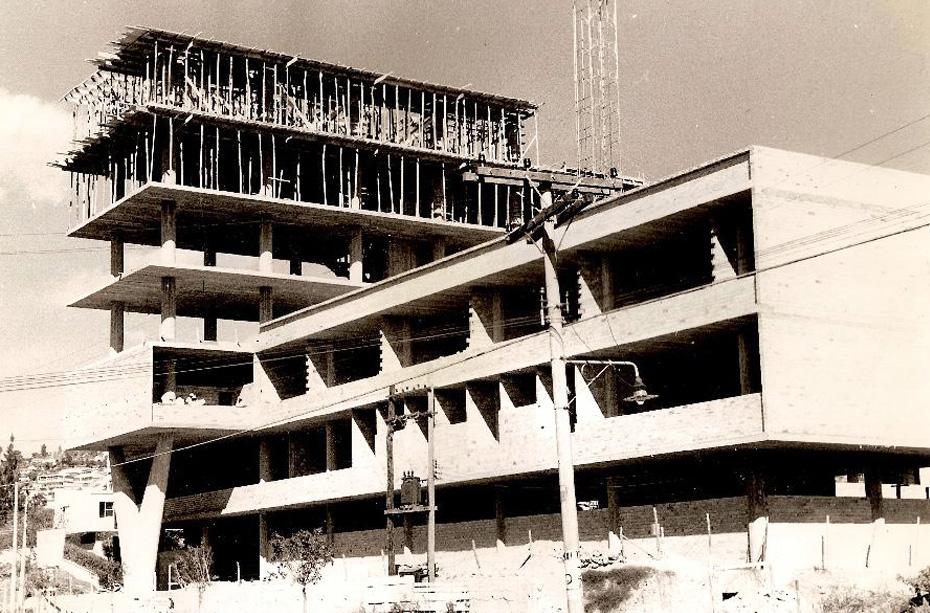 Construção da nova sede da Faculdade de Farmácia, em 1964. Acervo Cemefar/ UFMG