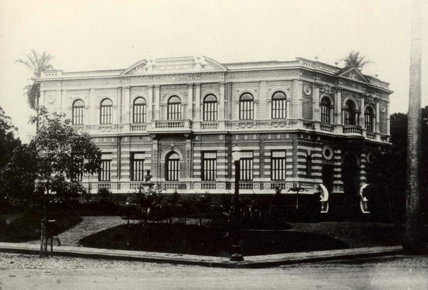 Antigo prédio da Faculdade de Direito e parte da praça Afonso Arinos. Acervo: Cedecom UFMG /Acervo Arquivo Público Mineiro
