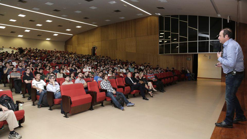 O vice-presidente da Embraer falou para uma plateia formada majoritariamente por estudantes de engenharia. Foto: Foca Lisboa/ UFMG