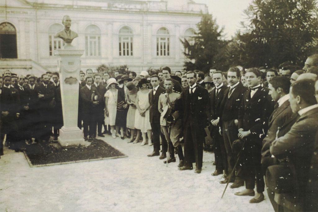 Inauguração do busto do médico Cícero Ferreira, um dos fundadores da unidade, em 1921. Acervo Cememor/ UFMG