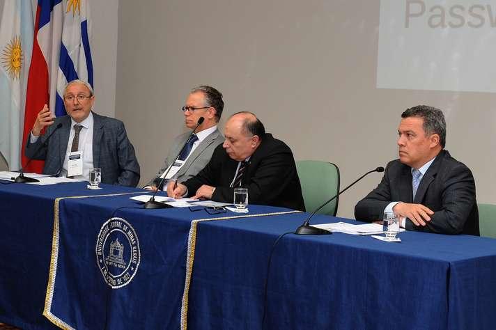 A partir da esquerda: Aldo Valle, Marcelo Knobel, Gerónimo Laviosa e Jaime Ramírez. Foto:  Raíssa César / UFMG