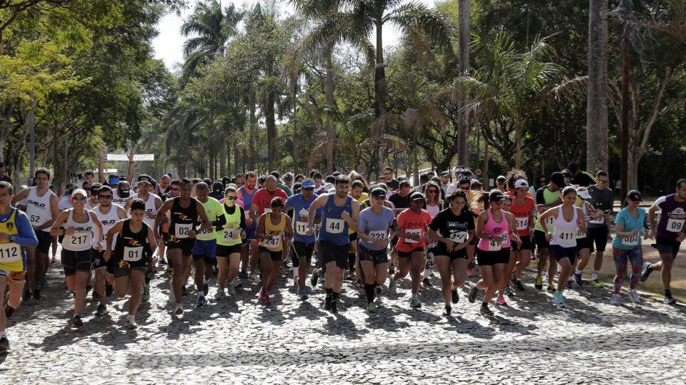 Corrida pelas trilhas do campus Pampulha reuniu cerca de 200 competidores. Foto: Foca Lisboa/ UFMG