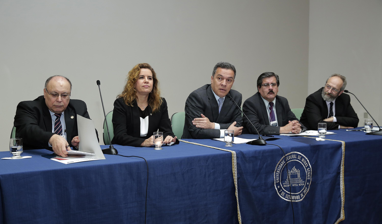 Gerónimo Laviosa, Sandra Goulart, Jaime Arturo Ramírez, Waldo Albarracín e Alvaro Maglia em mesa de abertura. Foto: Foca Lisboa / UFMG