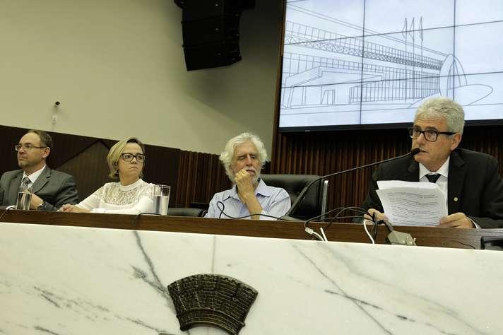 Mesa foi composta por Paulo Lamac, Mariah Brochado, Arnaldo Godoy  e José Marcos Nogueira. Foto: Foca Lisboa / UFMG