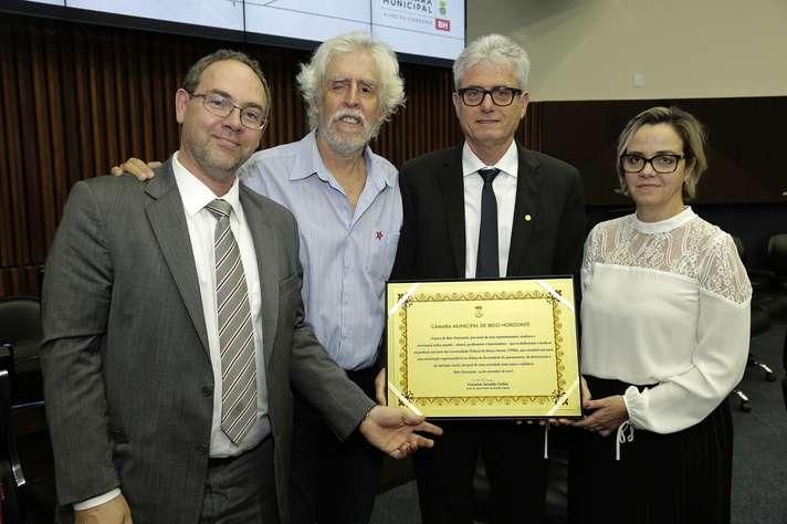 José Marcos Nogueira com o diploma conferido pela Câmara Municipal. Foto: Foca Lisboa/ UFMG