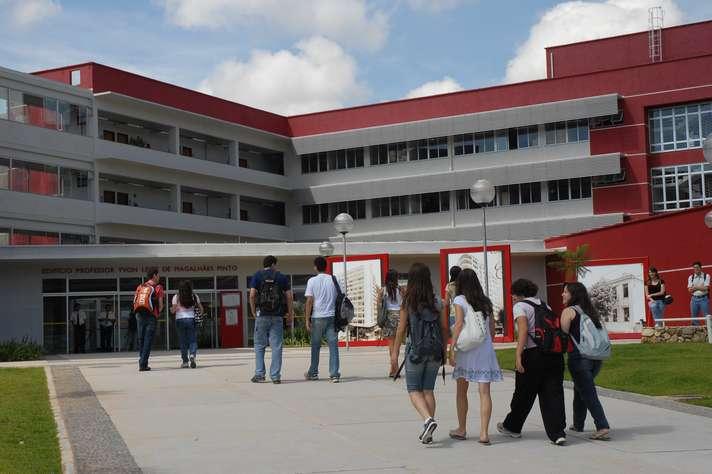 Estudantes chegam ao prédio da Face, onde funciona o curso de Administração, o melhor do país na área. Foto: Foca Lisboa / UFMG