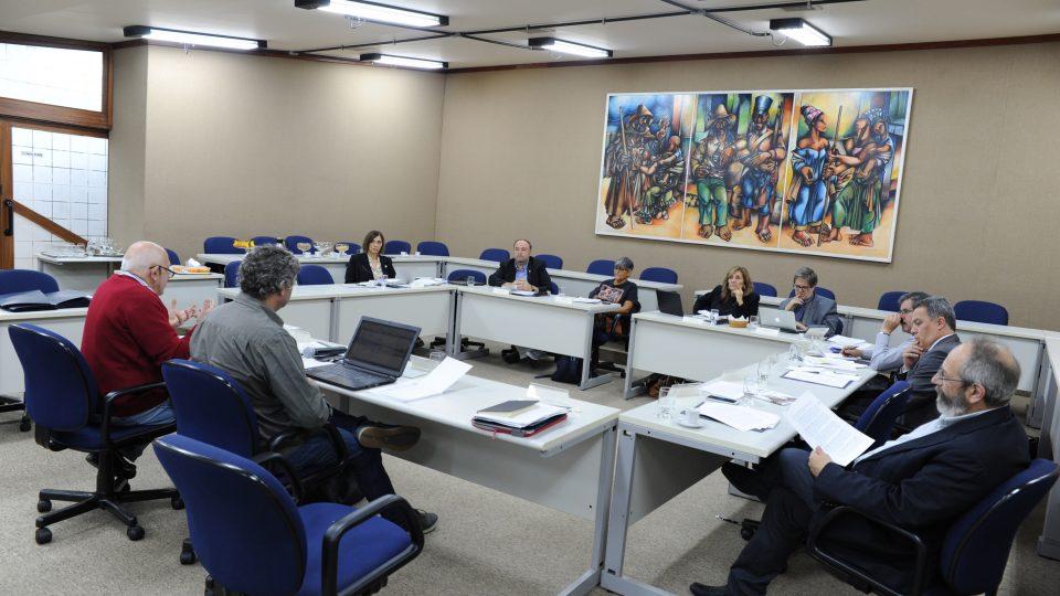 Dirigentes se reuniram na Sala de Sessões da Reitoria. Foto: Raíssa César / UFMG