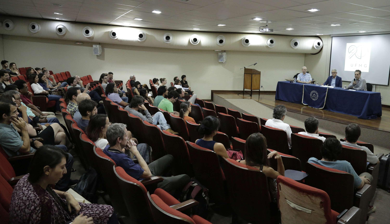 Público acompanha conferência do linguista norte-americano no auditório da Face. Foto: Foca Lisboa / UFMG.