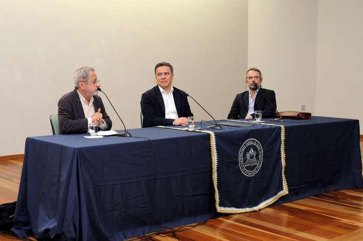 Eduardo Viveiros (à esquerda), o reitor Jaime Ramírez e o professor Eduardo Vargas. Foto: Raíssa César / UFMG