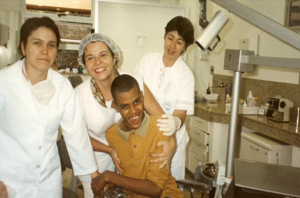 Projeto Atendimento Odontológico a Pacientes com Necessidades Especiais. Foto: Maria das Graças Silva/2005.