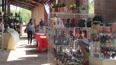 Artesãos mineiros expõem produção em feira na Praça de Serviços